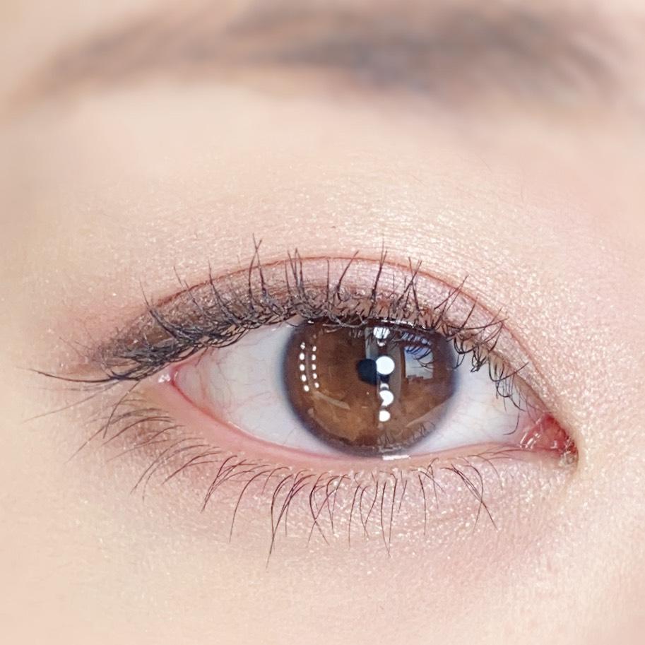 インフルエンサーのひなさんがイニスフリー スキニーマイクロカラ ゼロを使用した際の目元(瞼を開いた状態)の写真
