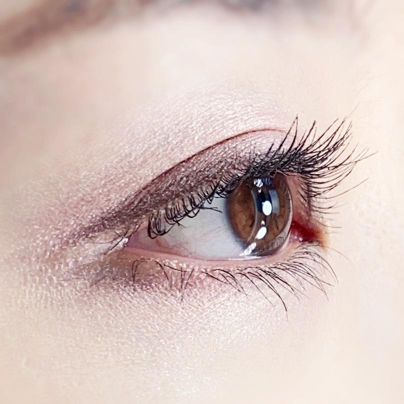インフルエンサーのひなさんがイニスフリー スキニーマイクロカラ ゼロを使用した際の目元を横から見た写真