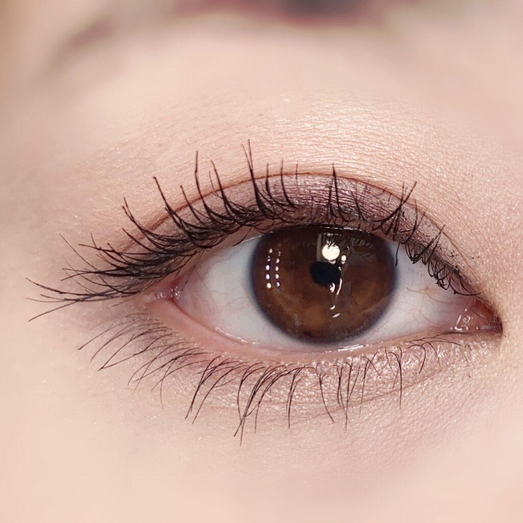 インフルエンサーのひなさんがデジャヴュ 塗るつけまつげ ラッシュアップを使用した際の目元(瞼を開いた状態)の写真