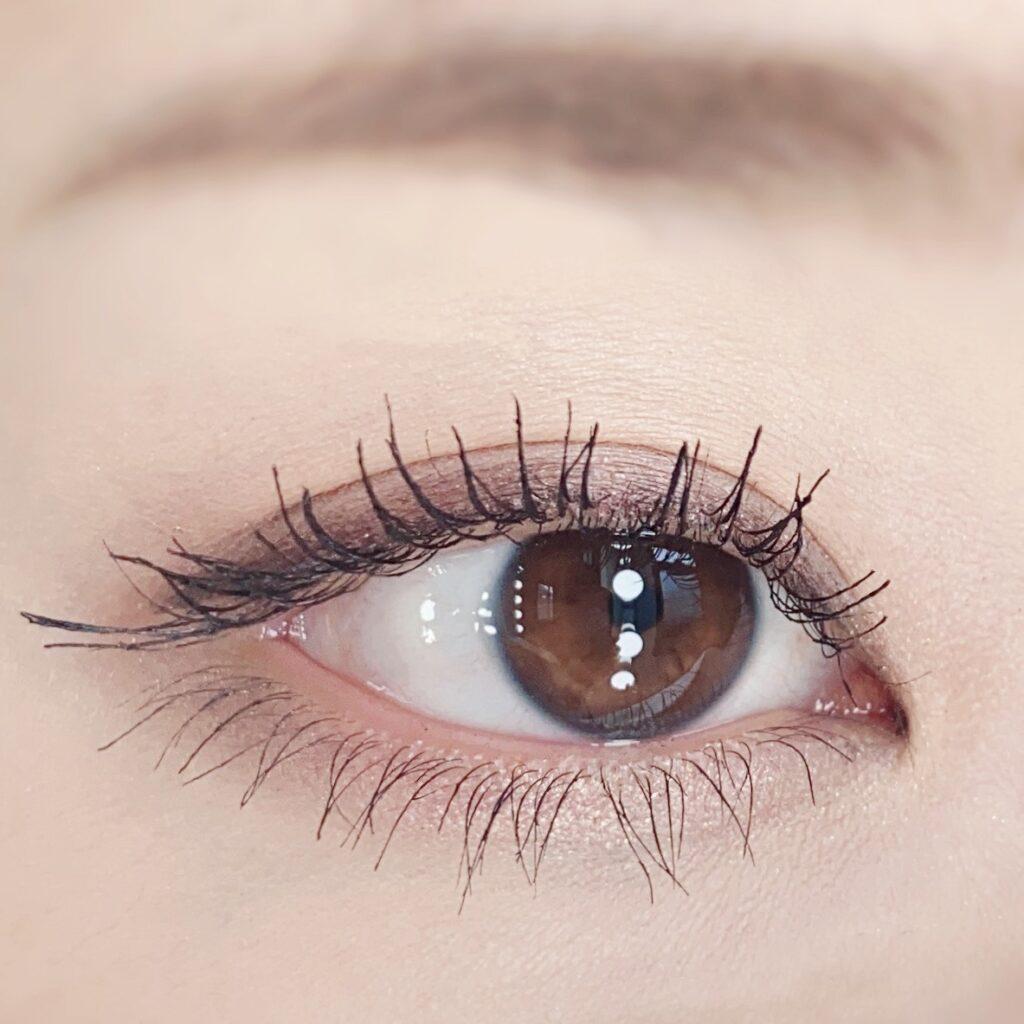 インフルエンサーのひなさんがクリニーク ラッシュ パワー マスカラ ロングウェアリング フォーミュラを使用した際の目元(瞼を開いた状態)の写真