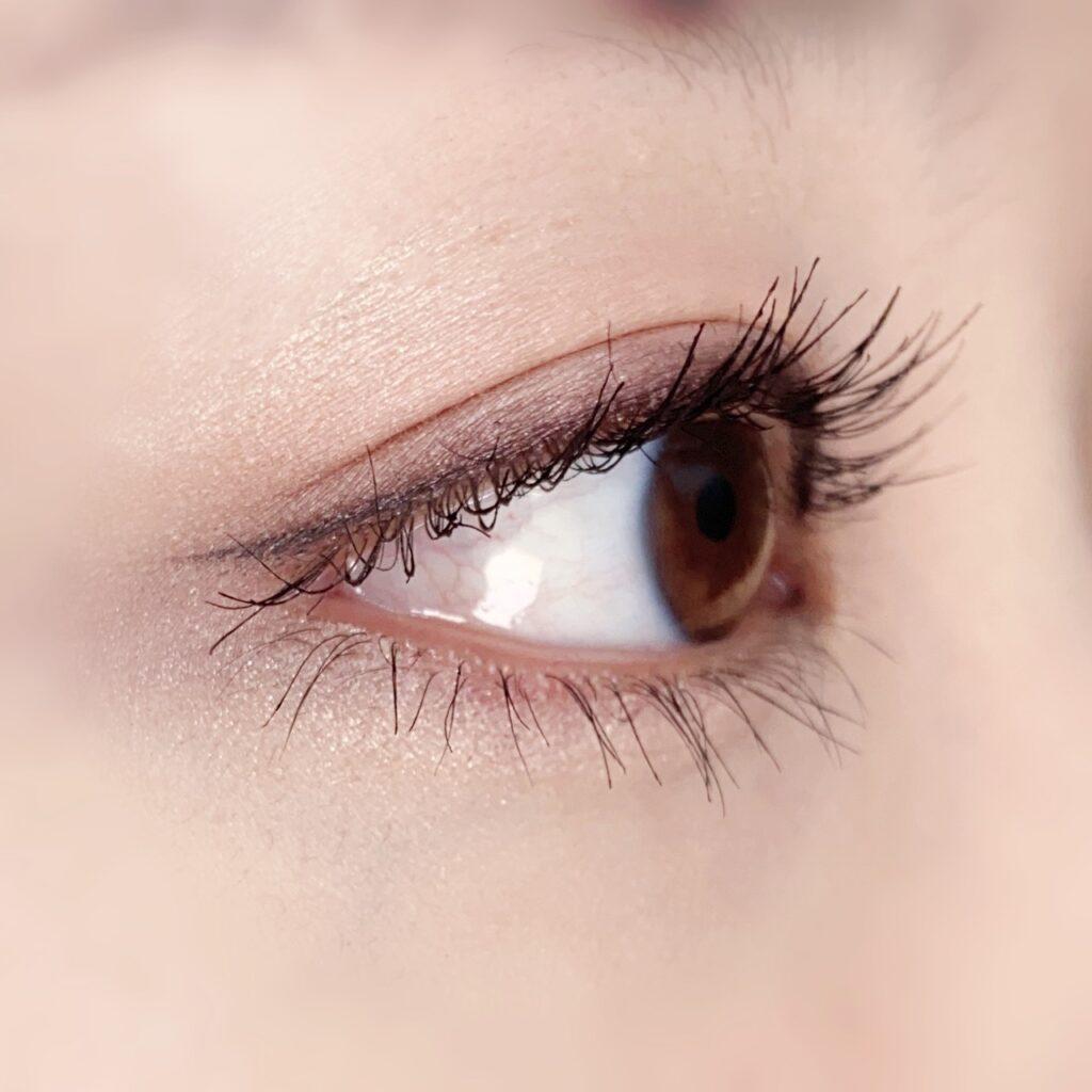 インフルエンサーのひなさんがデジャヴュ 塗るつけまつげ ラッシュアップを使用した際の目元を横から見た写真