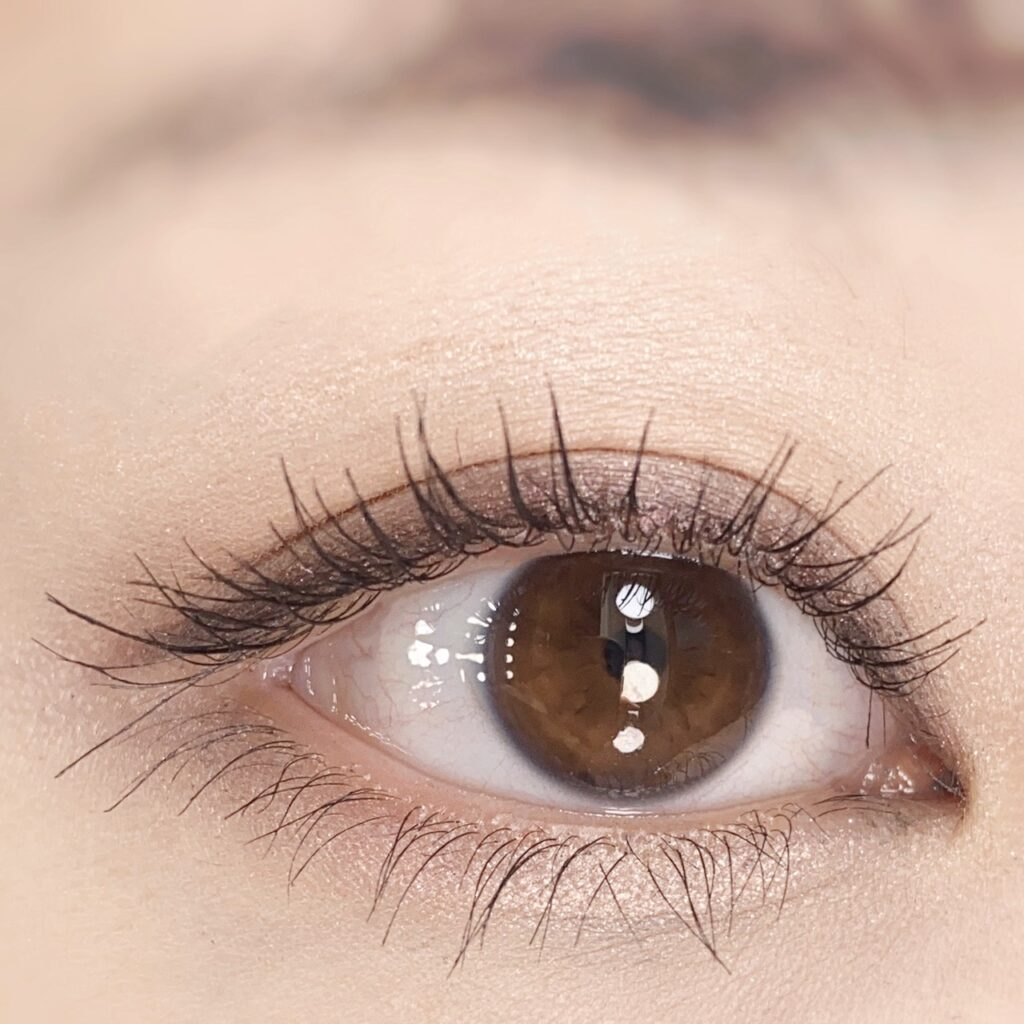 インフルエンサーのひなさんがウズ(UZU) モテマスカラ マイクロを使用した際の目元(瞼を開いた状態)の写真