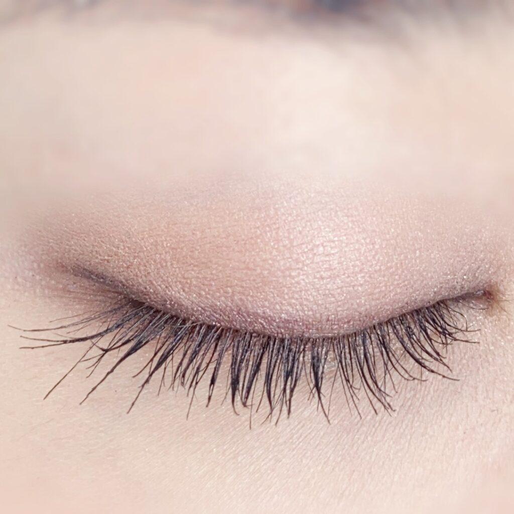 インフルエンサーのひなさんがウズ(UZU) モテマスカラ マイクロを使用した際の目元(瞼を閉じた状態)の写真
