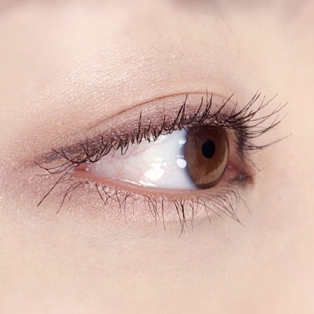 インフルエンサーのひなさんがウズ(UZU) モテマスカラ マイクロを使用した際の目元を横から見た写真