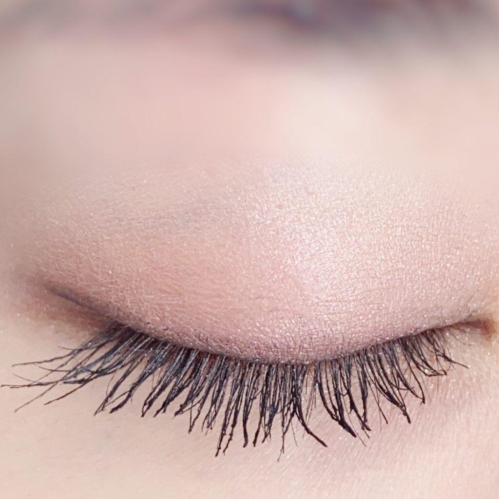 インフルエンサーのひなさんがクリニーク ラッシュ パワー マスカラ ロングウェアリング フォーミュラを使用した際の目元(瞼を閉じた状態)の写真