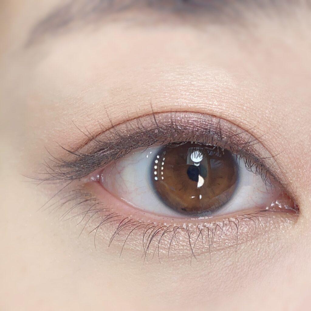 インフルエンサーひなさんの、マスカラを塗る前の目元(瞼を開いた状態)の写真