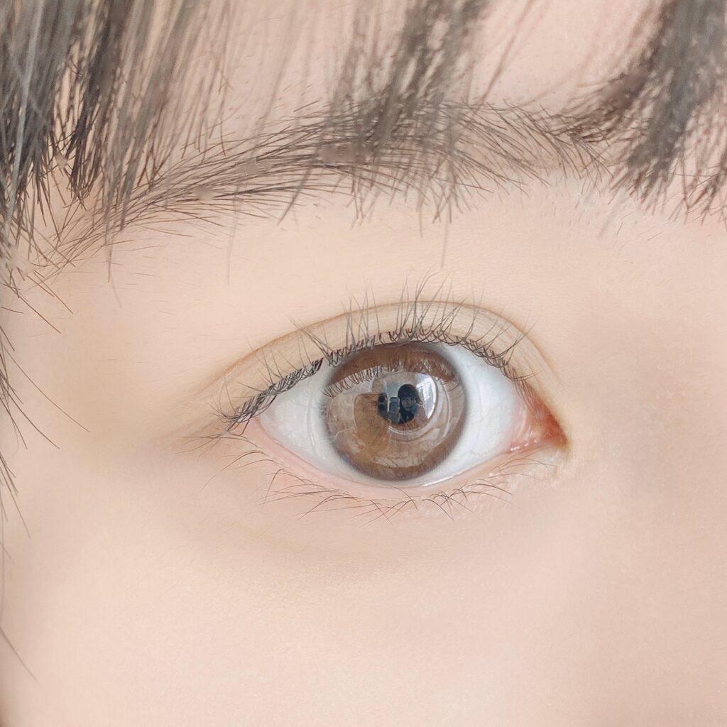 インフルエンサーが無印良品 携帯用アイラッシュカーラー を使用した際の目元の写真