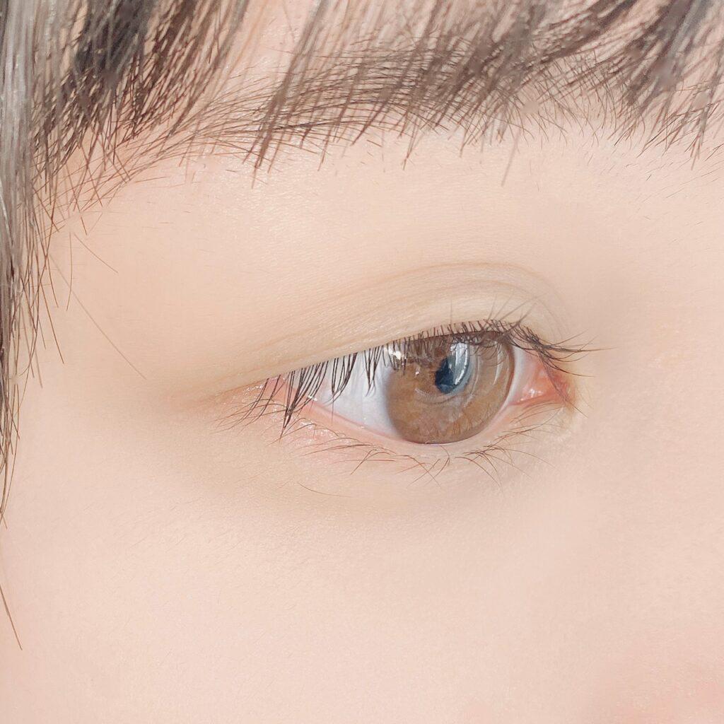 インフルエンサーがダイソー カラーマスカラDを使用した際の目元の写真