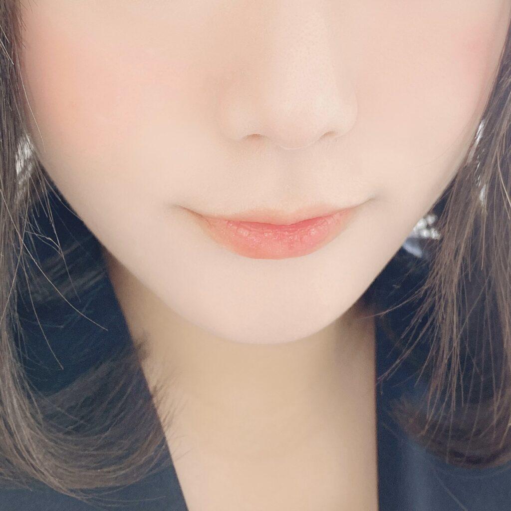 インフルエンサーがキャンメイク ステイオンバームルージュを使用した際の口元の写真