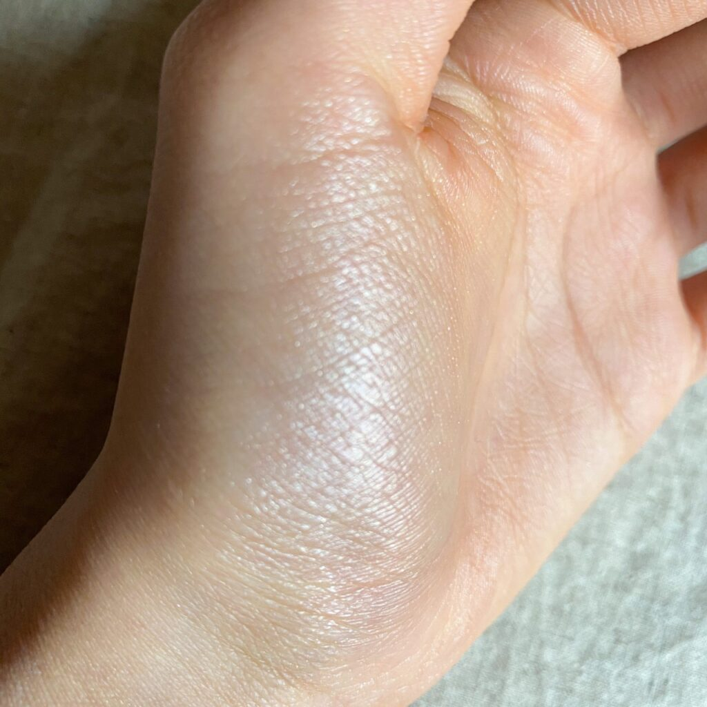 キャンメイク クリームハイライターを手の母指球にスウォッチした写真
