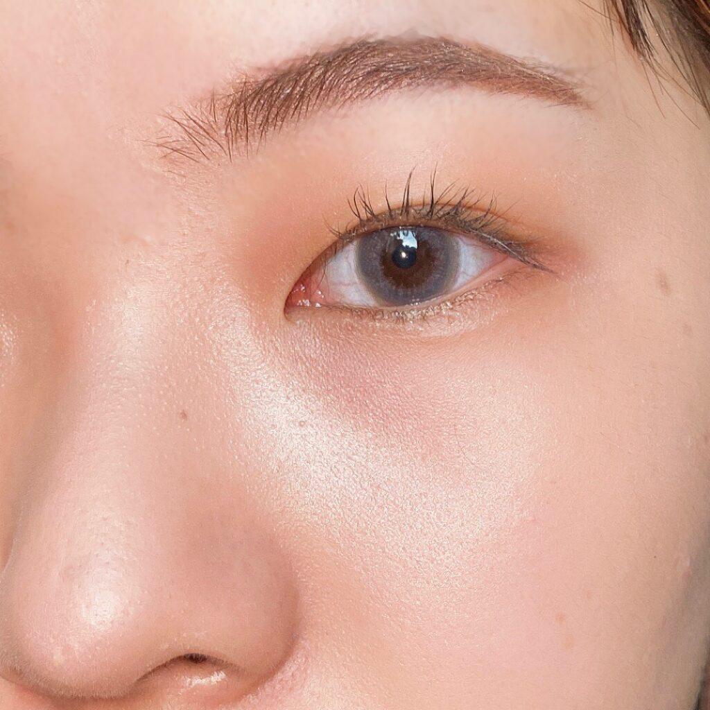 インフルエンサーのエノチャンがキャンメイク クリームハイライターを使用した際の頬まわりの写真