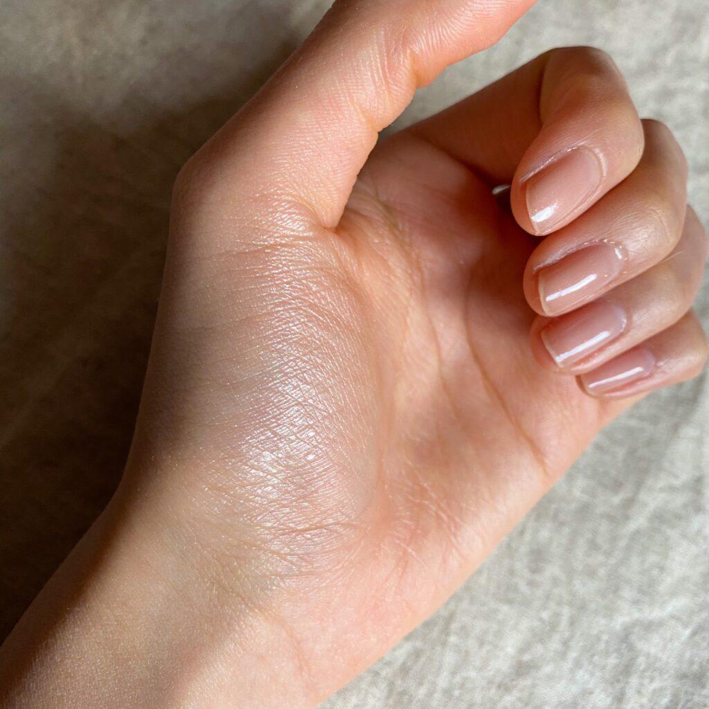 ローラメルシエ マットラディアンス ベイクドパウダーを手の母指球にスウォッチした写真
