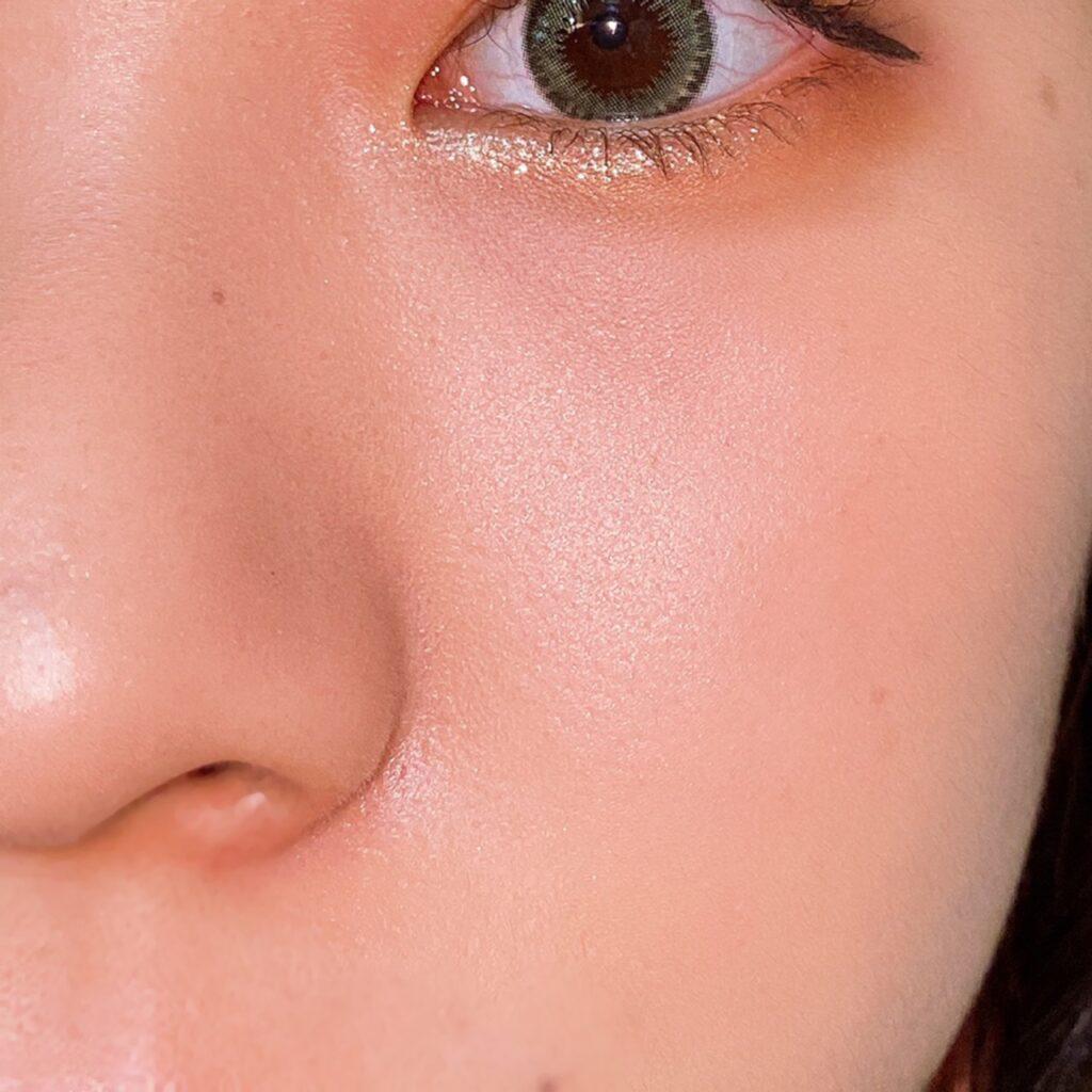インフルエンサーのエノチャンがローラメルシエ マットラディアンス ベイクドパウダーを使用した際の頬と鼻筋の写真