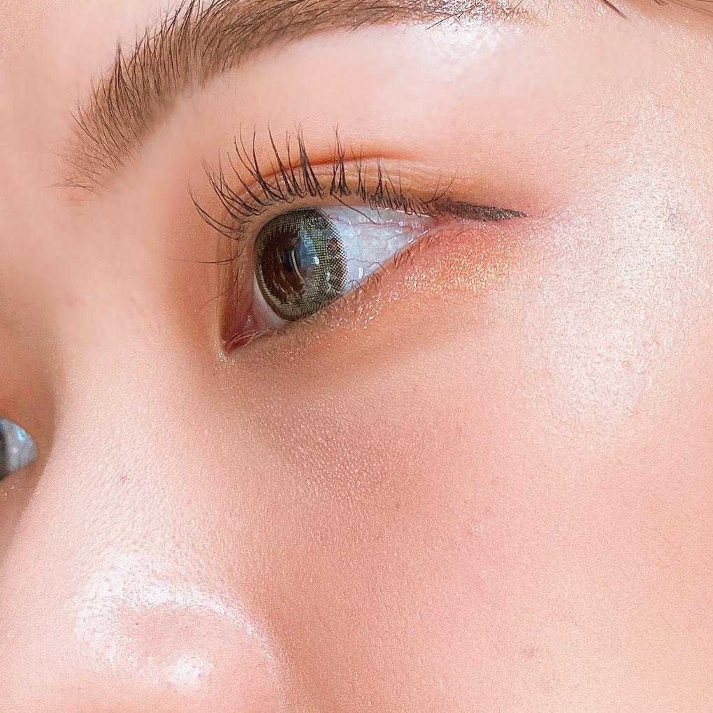 インフルエンサーのエノチャンがローラメルシエ マットラディアンス ベイクドパウダーを使用した際の頬まわりの写真