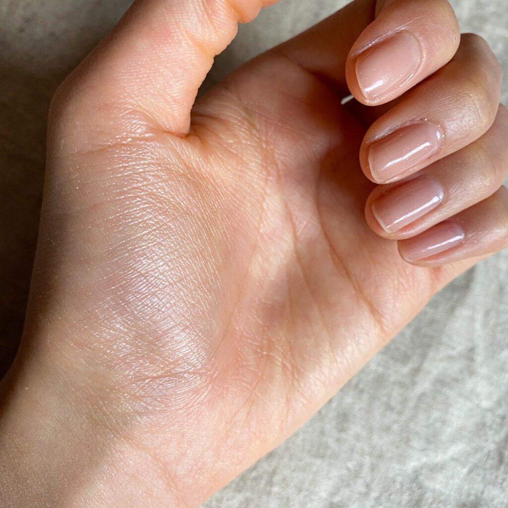 THREE シマリング グローデュオを手の母指球にスウォッチした写真