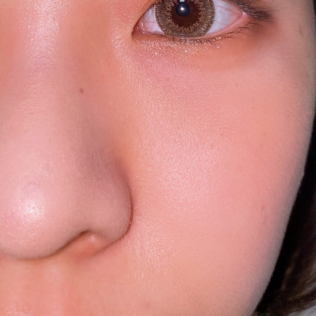 インフルエンサーのエノチャンがTHREE シマリング グローデュオを使用した際の頬と鼻筋の写真