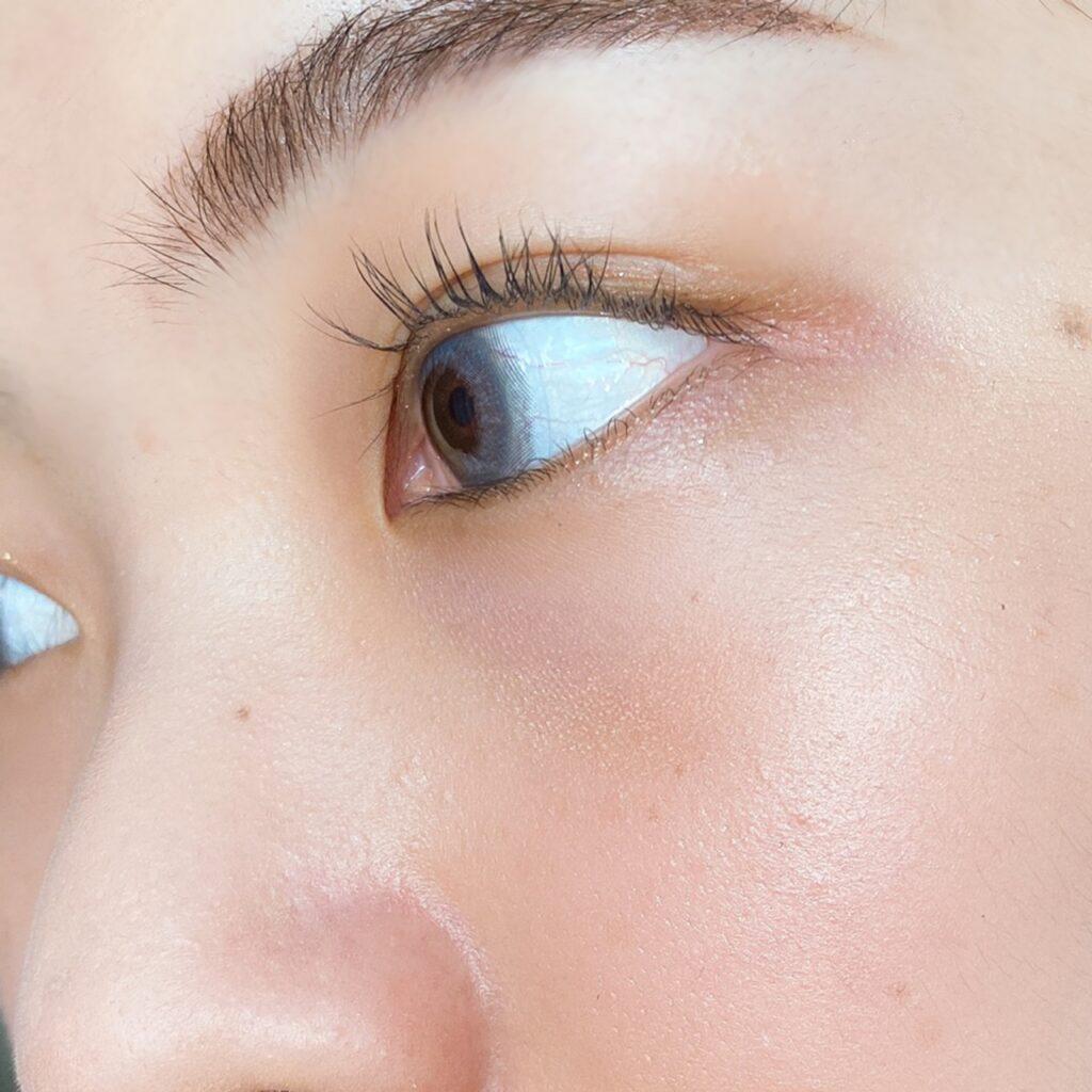 インフルエンサーのエノチャンがTHREE シマリング グローデュオを使用した際の頬まわりの写真