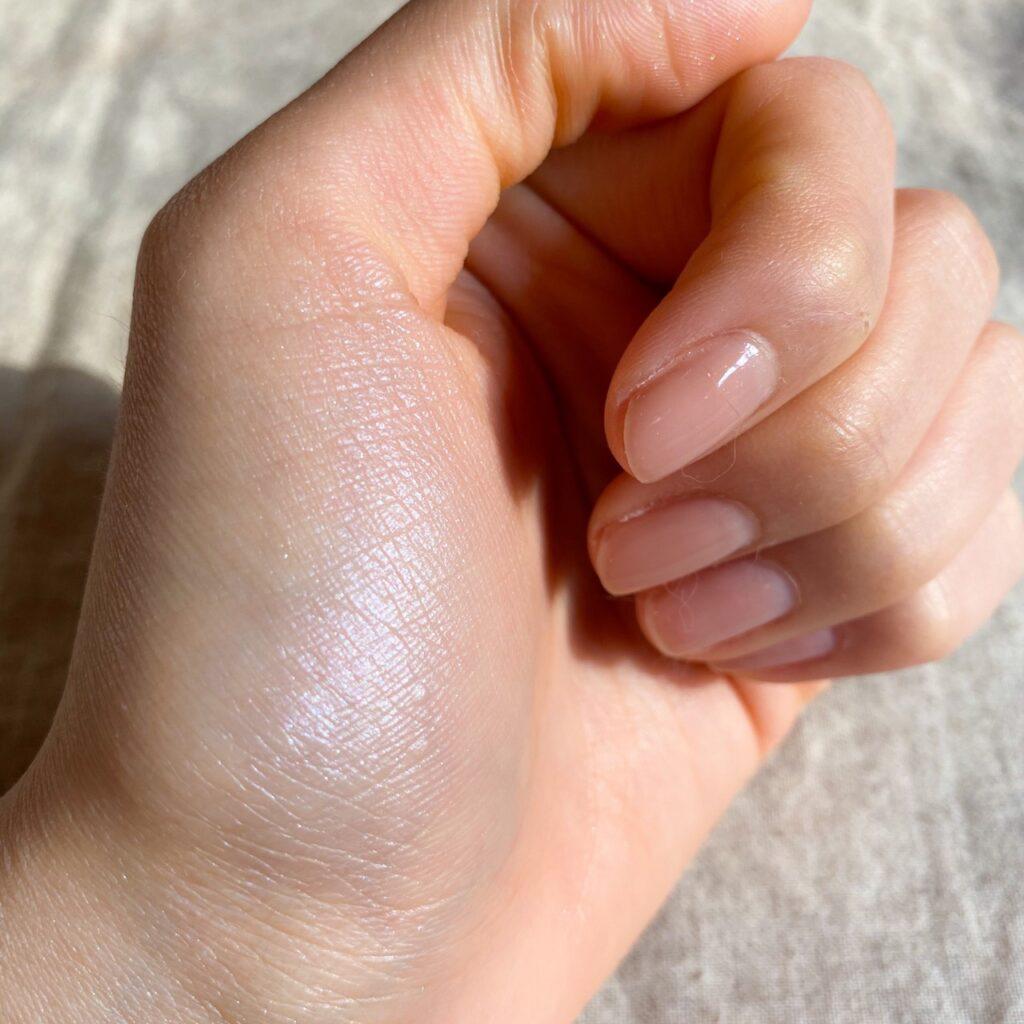 キャンメイク グロウツインカラーを手の母指球にスウォッチした写真