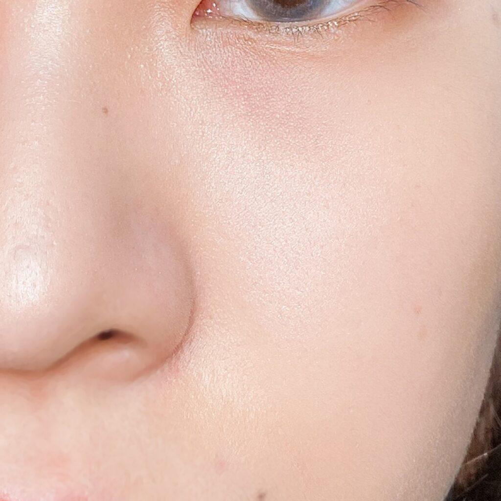 インフルエンサーのエノチャンがキャンメイク グロウツインカラーを使用した際の頬と鼻筋の写真
