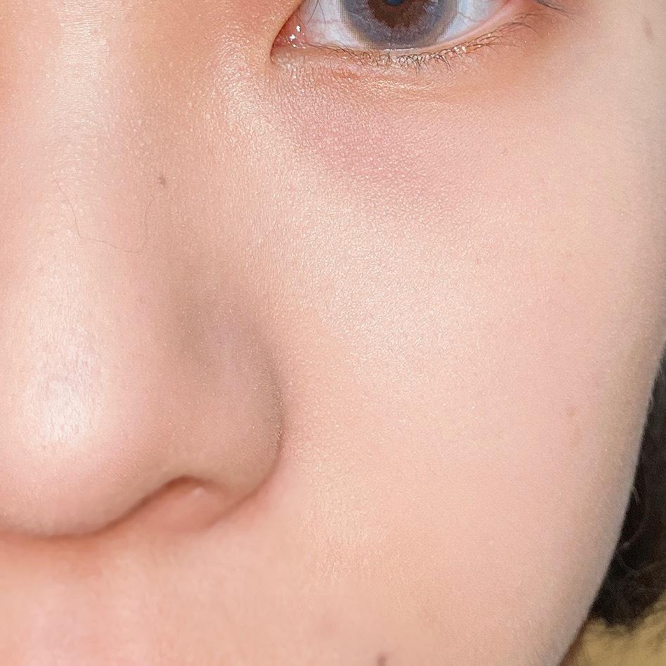 インフルエンサーのエノチャンがキャンメイク グロウフルールハイライターを使用した際の頬と鼻筋の写真