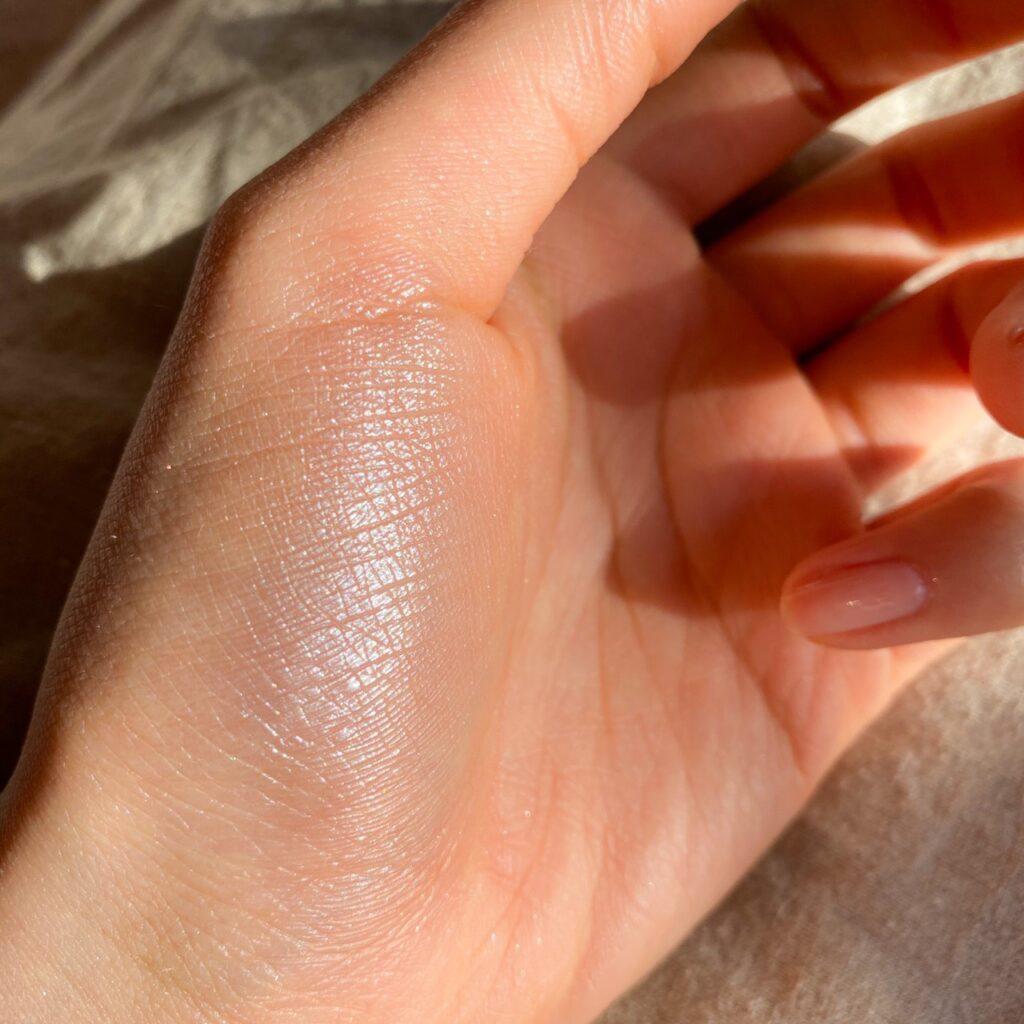 セザンヌ パールグロウハイライトを手の母指球にスウォッチした写真