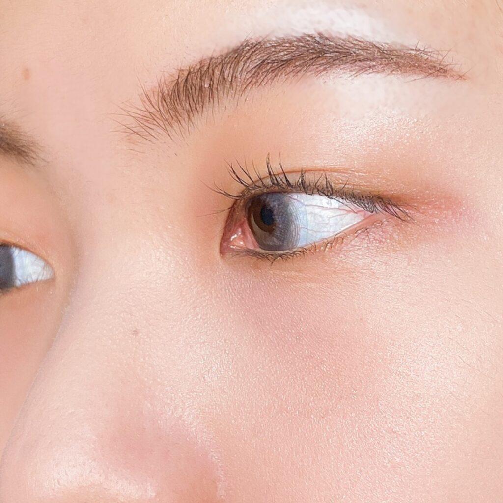 インフルエンサーのエノチャンがクリオ プリズム エアー ハイライターを使用した際の頬まわりの写真