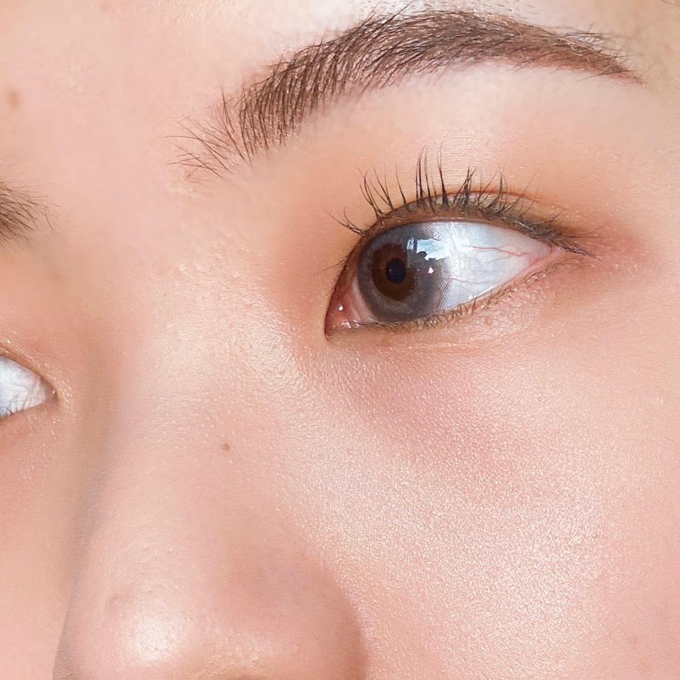 インフルエンサーのエノチャンがミシャ サテンハイライターイタルプリズムを使用した際の頬まわりの写真
