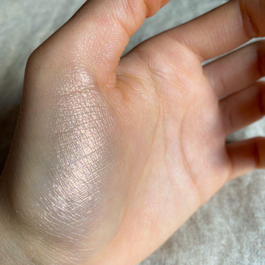 イラマスカ ビヨンドパウダーハイライターを手の母指球にスウォッチした写真