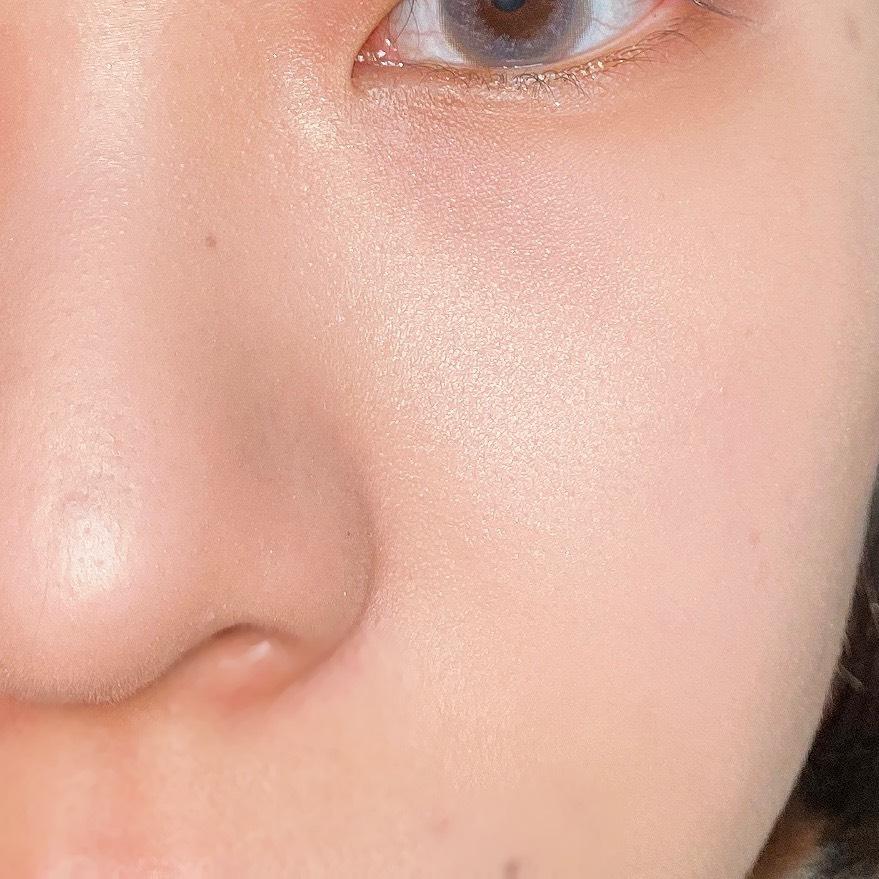 インフルエンサーのエノチャンがイラマスカ ビヨンドパウダーハイライターを使用した際の頬と鼻筋の写真