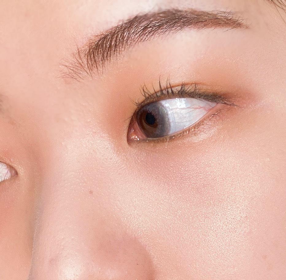 インフルエンサーのエノチャンがイラマスカ ビヨンドパウダーハイライターを使用した際の頬まわりの写真