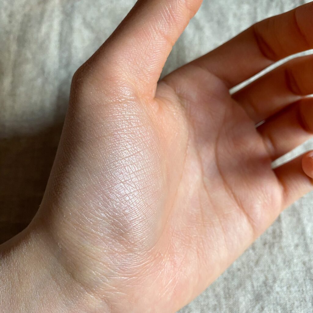 クレ・ド・ポー ボーテ レオスールデクラを手の母指球にスウォッチした写真