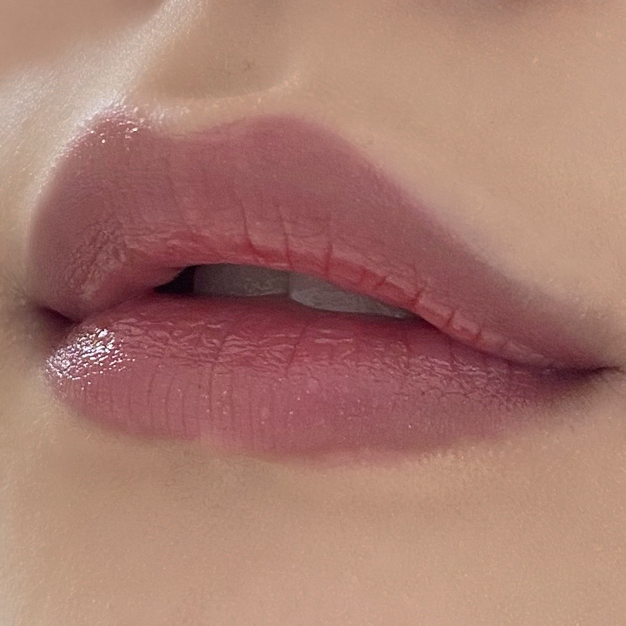 ちふれの口紅(212ローズパール系)を塗った唇の写真
