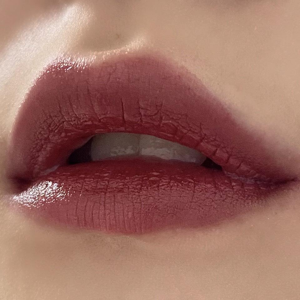 ちふれの口紅(549レッド系パール)を塗った唇の写真