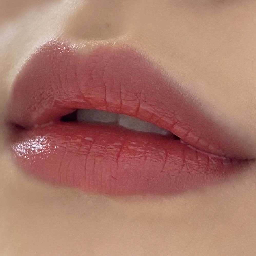ちふれの口紅(550レッド系)を塗った唇の写真