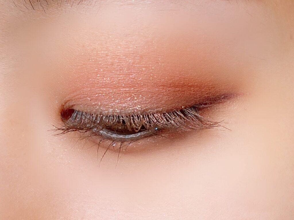 クリオ プロアイパレット(07ピーチグルーヴ)を使用した目元写真(目を閉じた状態)